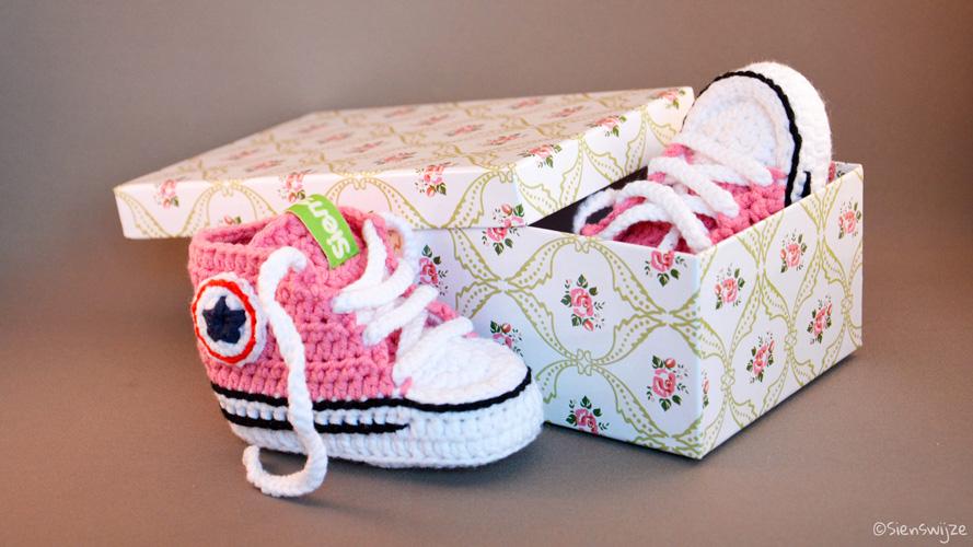 Gehaakte baby sneaker roze